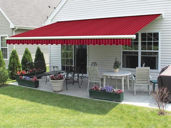 Mái hiên di động giúp che nắng cho phần sân nhà.